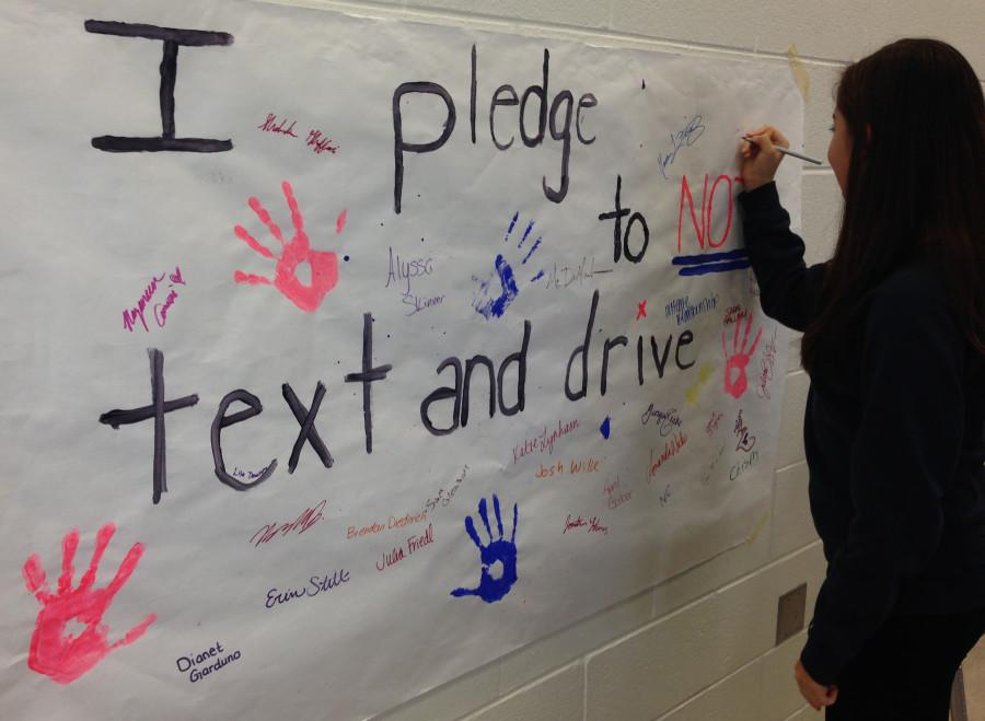 Woodgrove student signs the pledge to not text and drive.