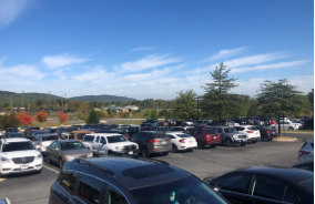 Crowded junior parking lot. Photo by Kylee Harrell.